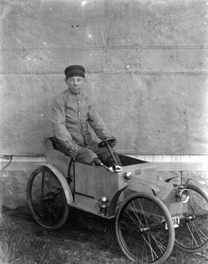 Valdemar Eriksson i sin cykelbil som han tillverkade efter den Rengsjö-bil som pappa Erik Larsson köpte någon gång mellan 1915 och 1920. Foto: Sockenbilder, Högs hembygdsförening.