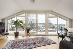Övervåningen på Alnö med stora glaspartier.