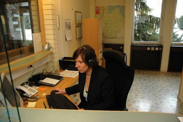 KOMMUNEN TAR ÖVER. Lena Wänkkö och hennes kollegor vid Medborgarservice kundcenter tar över kommunens telefonväxel. Det är en av flera verksamheter som kommunen återtagit i egen regi.UlrikaLöfgren.Merike Kalholm.