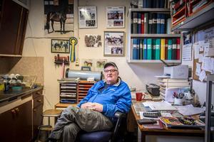 Omgiven av bilder på vinstrika hästar, prisrosetter, diplom och liknande på kontoret i stallet på Askö stuteri.