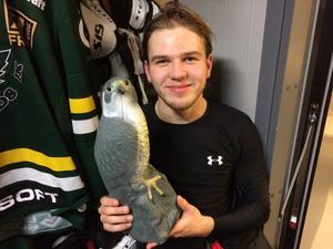 Se så han njuter... Axel Olsson, 18, med beviset på att han inom spelartruppen utsågs till ÖIK:s bästa spelare mot Sollefteå och blev matchens Falk.