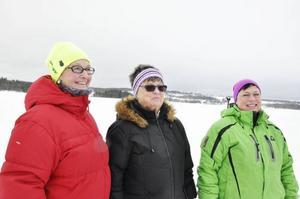 Berit Nilsson, Margita Norberg och Catharina Norberg väntar på att Moa Olsson ska hoppa i.