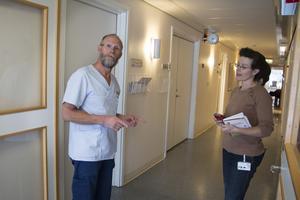 Läkaren Bengt Forssman och hälsocentralschefen Lena Schenström tycker att fler läkare borde vara intresserade av att jobba på en mindre ort som Ockelbo – men erfarenheten har hittills visat att det är väldigt svårt.