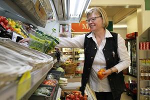 Eva Brink är glad över att sonen tar över ansvaret för butiken i Ängebo. Själv ska hon börja med semester, utan att ha dåligt samvete.