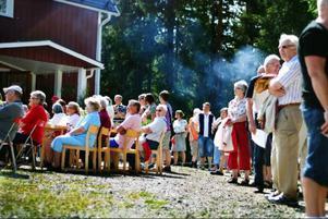 Drygt 500 personer besökte Rissnadagen, som hembygdsföreningen anordnade för sjunde gången. En lång rad bilar stod parkerade längs vägen eftersom parkeringen blev full. Dagen bjöd på marknad, musik, mat och tävlingar som Årets tårta, fototävling och stafett. Team Sixten från Östbyn vann den sistnämnda.