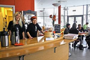 Sandra Johansson och Margareta Österberg i nyöppnade Café Rött i Kunskapens hus.