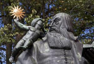 Staty av biskop Johannes  Rudbeckius utanför Västerås domkyrka.