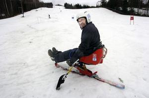 Per-Olof Nilsson fick trots att han nu är handikappad möjlighet att   prova på utförsåkning i Edsbyns slalombacke.