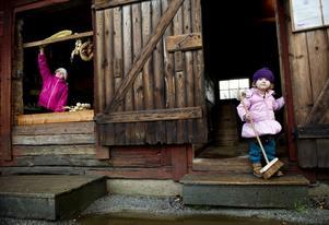 I lektagen. Matilda Järnmark och Alma Kyhlberg brydde sig inte så mycket om att det var advent. De lekte affär i lekladan.
