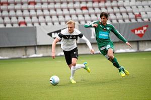 Kalle Holmberg i närkamp med Mariehamns Gabriel Petrovic.