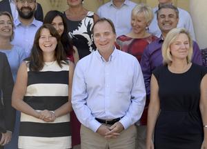 Regeringen. Vice statsminister Åsa Romson (MP), statsminister Stefan Löfven (S) och finansminister Magdalena Andersson (S) med andra statsråd i bakgrunden.