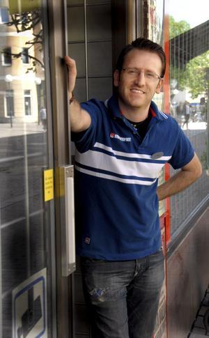 Vid besök på Wallins Tobak i Köping är chansen stor att man träffar Jonny Danho och får en pratstund.