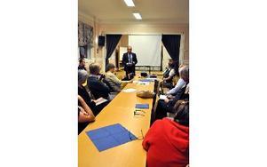 Magnus Kindblom, statssekreterare på Landsbygdsdepartementet, besökte Stocksbro bystuga på torsdagskvällen och träffade lantbrukare från Säters kommun. Foto: Pär Sönnert