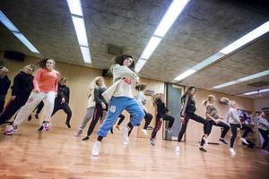 – Jag känner igen mig i många av tjejerna. Tonåren kan vara en jobbig period och för mig blev det en tillflykt att dansa, säger Andrea Törnblom, i mitten, som är vd på Dawes.