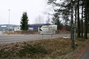 """Här inne på Kvarnbergs industriområde finns företagen som har för höga halter av krom och nickel i sina utsläpp. Nu funderar både va-chefen och servicenämnden om det inte är """"dags för tuffare tag"""" för att få bukt med det mångåriga problemet."""