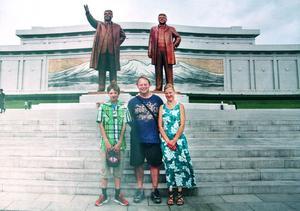 En av de två guiderna höll i kameran och fotograferade hela familjen Andersen framför statyerna av Kim Jong Il och Kim Jong Un. Då hade de först bugat framför statyerna.