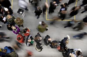 Mycket folk. Tusentals människor lockades i går till jobbmässan i Örebro. Kön till montern hos Citygross var extra lång, men så sökte också företaget 80 personer inför sin etablering i Örebro i höst. Bild Petter KoubeK