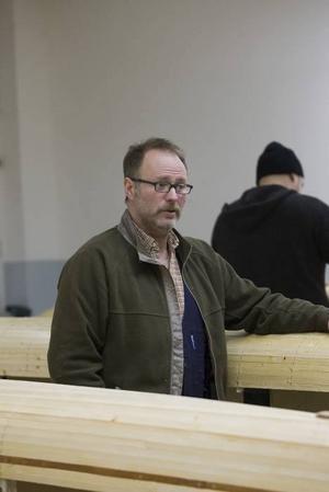 Den första kajaken byggde Niclas Persson ensam och hemma hos sig. Nu har han dragit ihop ett helt gäng. Att bygga tillsammans är roligare – men tar längre tid.
