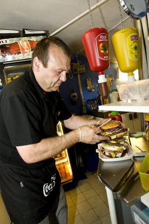 Max Papadopoulos gör i ordning den jättelika hamburgaren som består av tre stycken 200-grammare.