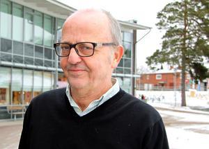 Utbildningschefen Conny Ström uttryckte sin förtvivlan och uppgivenhet i ett brev till åklagarmyndigheten. Han anser att polisen inte backar upp skolan och är rädd att situationen kan eskalera och sluta med större anlagda bränder.