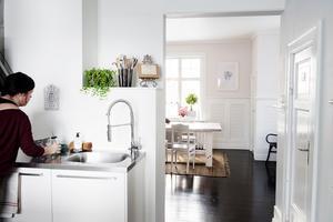 Köket leder vidare in till Elinas favoritrum i huset: matsalen.