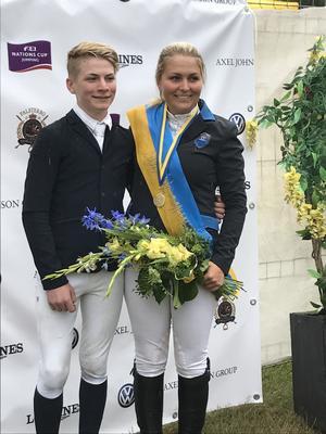 Inte bara Samuel Smith har haft framgångar i Falsterbo. Samma dag som han kom tvåa i Childrensklassen red storasyster Sissela lagfinalen och tog SM-guld tillsammans med Åby Ridklubb.