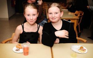 Det smakar gott med fika efter showen. Tilde Karlsson och Julia Planeskog mumsar.