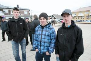 Ola Kihlgren, Joakim Jonasson och Victor Johansson från Lillhärdal var några unga som fanns med på torget.– Vi är inte nöjda med rovdjurspoltiken, menade dom.