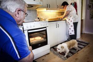 Fördelningen när det bakas hårdbröd hos familjen Wikström. Vivi sköter kaveln, Boris sitter på pass vid spisen och vänder bröden, och hunden Zorro sköter övervakningen av