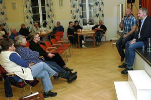 Micke Högdahl och Fredrik Röjd diskuterade Svåga-modellen med åhörare i Hasselagården.