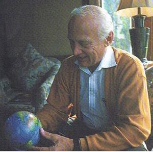 En astronaut och en gammal skoljordglobDen mest unika bild jag tagit är nog den här.Litet grynig är den eftersom jag kopierat den från en bok.För ungefär 20 år sedan fick jag i egenskap av en svensk naturkunskapslärare träffa Buzz Aldrin som tillsammans med Niel Armstrong var de två första människorna på månen.Jag hade med mig frågor från mina elever som han villigt svarade på.– Jorden är blåare när man ser den från månen, sade han. – Himlen är som svart sammet, var svaret på en fråga.Då tog jag upp skolans jordglob ur min ryggsäck och bad att få ta en bild.Han tittade noga och intresserat på jordgloben.Jag tog bilden och stoppade ner jordgloben i ryggsäcken igen.Sedan drack vi frukostkaffe och pratade om hans barnbarn, farfar som kom från Sverige och han gav mina elever råd om de skulle få problem med spriten.Efter två timmars trevlig samvaro skildes vi.Det finns nog kanske ingen i hela världen som har en sådan bild på en astronaut som första gången landade på månen och en gammal skoljordglob.