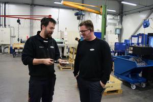 fredrik Bertils diskuterar en detalj med en av sina anställda.