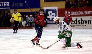 Tuomas Määttä, gjorde ett mål och missade dubbbla frilägen mot Västerås. Här är det Anders Bruun som täcker skott i första halvlek där VSK ändå var med i matchen.