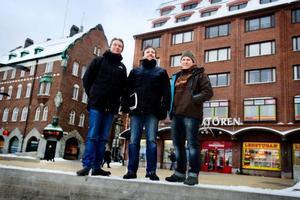 Johan Movitz och Bertil Göransson ska tillsammans med montören Kenneth Edin bygga upp Ljustorget. Foto: Ulrika Andersson