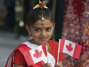 Symbolisk. En flicka firar Kanadas nationaldag i Montreal den 1 juli. Det röda lönnlövet på landets flagga associeras ofta med mångkultur och lyckad integration.foto: scanpix