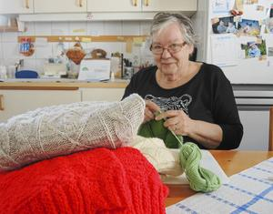 Stickar tusenfalt gör Anita Stark Eriksson från Olsnäs utanför Siljansnäs. Under 10 års tid har hon stickat en bra bit över 1000 tröjor vilka därefter skänkts till bl a Lutherhjälpen.