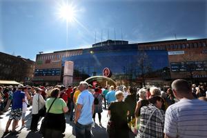 Trots måndagens rekordtidiga rekordhetta samlades cirka 300 personer på Stortorget för att protestera mot utslagningen som nya sjukförsäkringssystemet resulterat i.