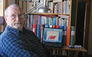 Bengt-Ola Ryttar har tillbringat massor av timmar vid datorn och i arkiven, när han jobbat med att skriva om socialdemokraterna i Gagnef under 100 år. Pärmarna bakom datorn innehåller allt grundmaterial.FOTO: PER EKLUND