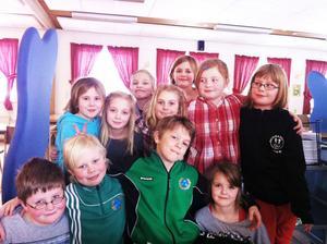Några av barnen Kungsgårdens skolas klass 2, som tog initiativ till matuppropet.