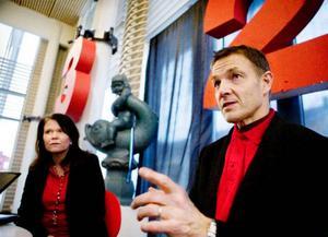 Marie Wiklund och Mauri Mellenius jobbar till vardags på Åkroken Science park i Sundsvall, men inspirerade folk att ta sina idéer på allvar på Mittuniversitetet igår. Foto: Lars-Eje Lyrefelt