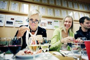 Margareta Englund och Linnea Alfredsson låter sig väl smaka.