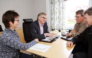 Anders Häggkvist presenterade sina planer för näringslivsutvecklare Annika Myhr vid Härjedalens kommun, och partikollegorna Per Åsling och Allan Blomquist.