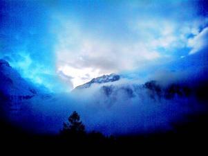 Dimmig morgonvy upp mot Argentiereglaciären i Chamonixdalen.