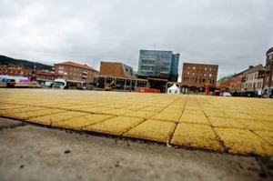 Modifierade stenplattor testas på Stortorget över vintern. Foto: Ulrika Andersson