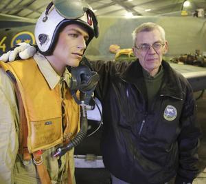 Den tilltänkta piloten som ska få äran att alltid få sitta i världens enda J 32 B, visar Göran Olsson upp.