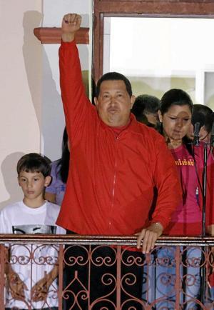 Näven i luften. Venzuelas president Hugo Chavez jublar över valsegern. Men den ¿revolutionära retoriken krockar med den besvärliga verklighetens övervärderade valuta och ineffektiva statligt kontrollerade företag.foto: scanpix