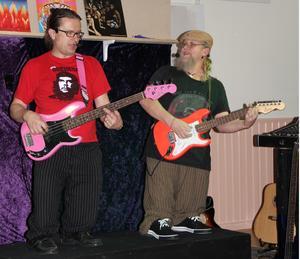 Örjan Rundström och Björn Lindmark inledde sin föreställning med att spela på minikopior av elbas och gitarr. Publiken hade lika svårt som musikerna att hålla sig för skratt.