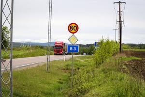 Riksväg 83 är en vältrafikerad väg med mycket tung trafik.