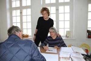 Margareta Robertsson tog under torsdagen emot mängder av konstverk från konstnärer runt om i kommunen. Här i sällskap med föreningen Konstspaning i Säterbygds ordförande Johanna van Mullekom.