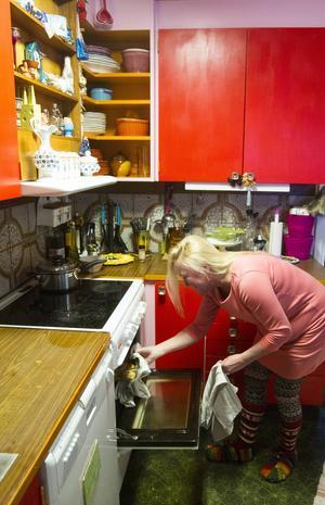 I köket är det färger som drar åt rosa och rött, med lite gröna inslag.